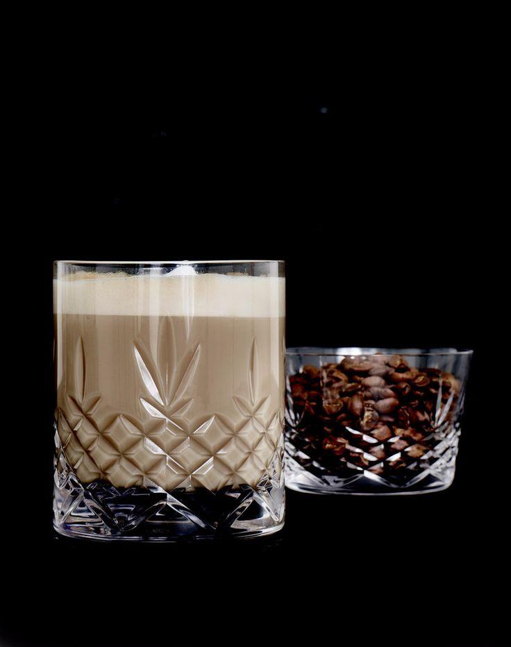 Crispy Lowball glasset er designet af Frederik Bagger og er et super lækkert glas til whisky, små drinks eller perlende drikkevand. Glasset er fremstillet i blyfrit krystalglas, helt uden giftige tilsætningsstoffer, i et flot dansk design. De certificerede råvarer sikre glasset en ensartet klarhed og glans. Det elegante og samtidig holdbare glas er designet til at blive brugt og derudover tåler det maskinopvask på glasprogrammet. Lowball glasset ser eksklusivt ud og stråler op i…