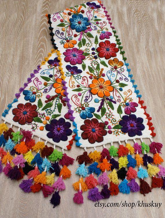 Chemin de table lit brodé Pérou Off White alpaga laine fleurs faites main boho-chic Bohème style éclectique péruvienne ont pesé