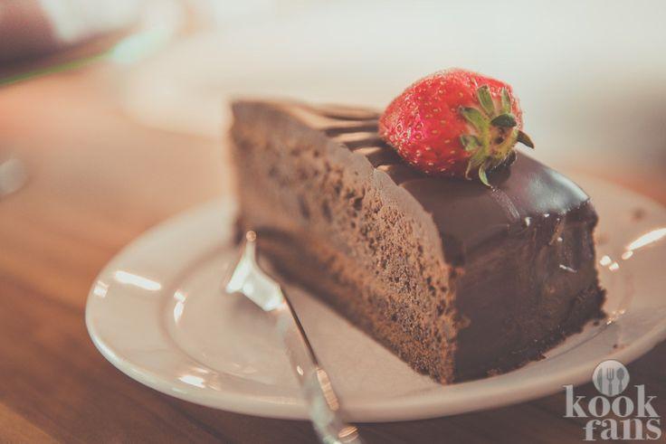 Deze supersimpele chocoladetaart kan elke bakleek maken Lang zwoegen in de keuken heeft absoluut z'n charme, maar zo nu en dan wil je een creatie in elkaar flansen die niet zoveel moeite van je vraagt. Wil jij een heerlijke, maar makkelijke taart bakken? Zoek niet verder. Wij hebben hét recept voor