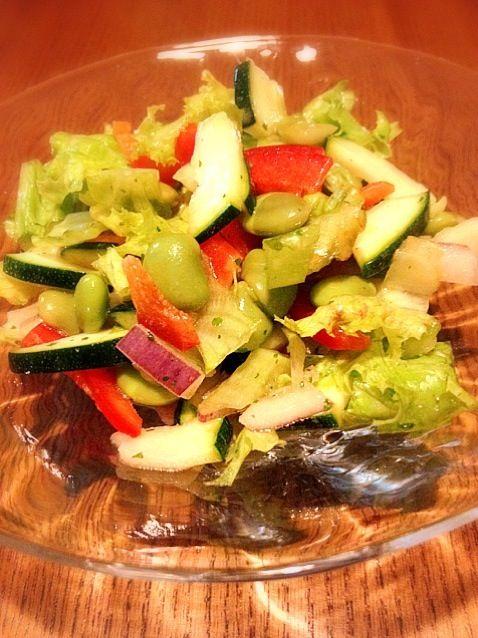 ズッキーニ・パプリカ・紫玉ねぎ・枝豆・フリルレタス・パセリが入ってます♪( ´▽`) - 17件のもぐもぐ - 生ズッキーニ入りサラダ by ADDPT