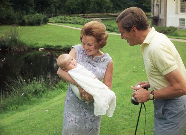 Prinses Beatrix en Prins Claus de trotse ouders van hun 1e zoon Willem-Alexander (NL)