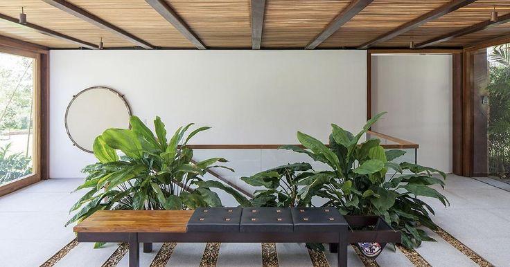 Banco de madeira revestido com couro preto #jardim #paisagismo #decoração #inspiração