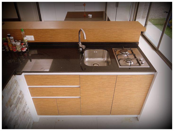 Meson tipo cocina americana enchapado en dos tonos. Cajones sin tirador y espacio con corte en 45° para abrir