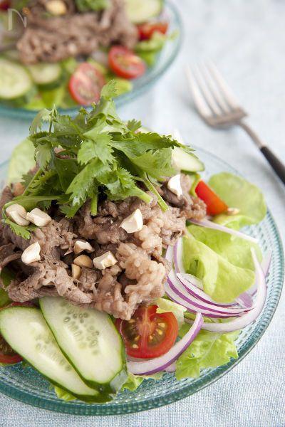 牛肉をたっぷり使ったエスニックサラダです。  牛肉を炒めて濃いめの味をつけてからたっぷり野菜と合わせるので、男性も満足できる食べ応えのあるサラダです。