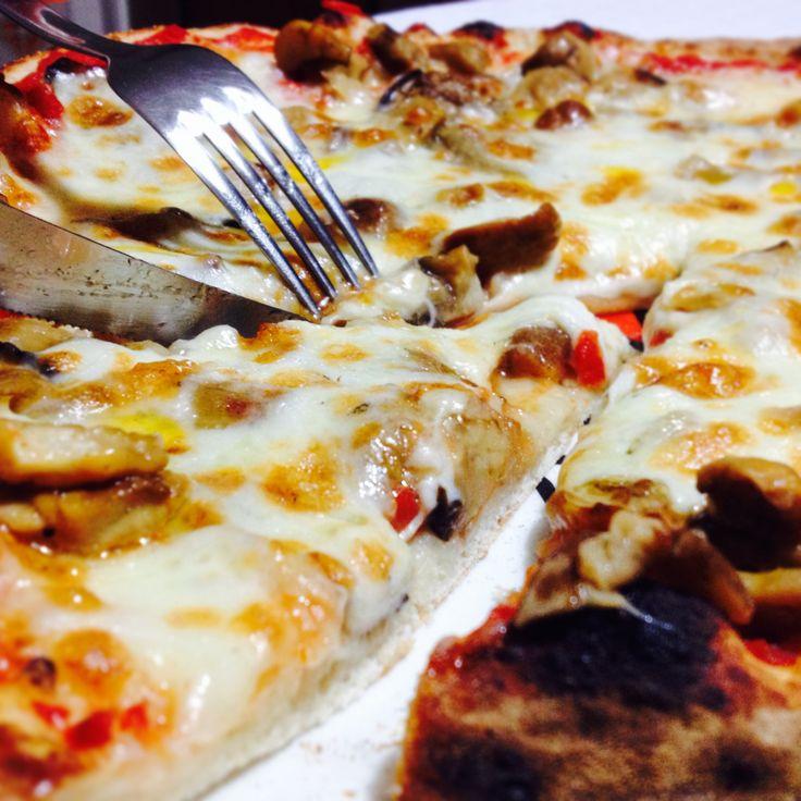 Mega #pizza con pomodoro, mozzarella, #funghi #porcini, #melanzane fritte ed un filino di #olio #piccante!! Cosa volete di più dalla vita?? #buona #sera da #ricettelastminute! #fan #follow #love #food #instapic #instacool #instafood #instagood #me #italia #italy #sicilia #sicily #catania #photooftheday