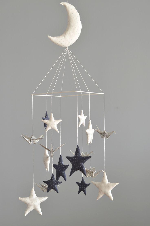 """Mobile """"vol de nuit"""": Etoiles tissus (blanches, orage et argent) et grues en origami / Modèle déposé : Puériculture par lafabriquedesptitsbouts"""