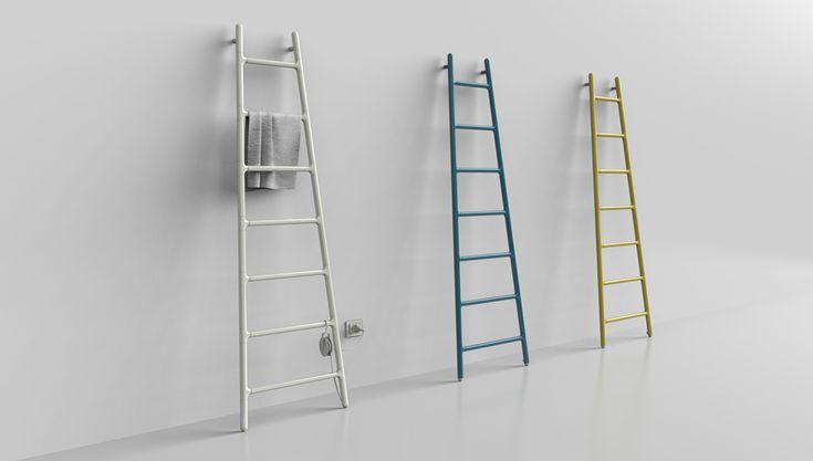 """Was wie eine an die Wand gelehnte Leiter aussieht, ist in Wirklichkeit ein elektrischer Handtuchwärmer des Herstellers Tubes. Entworfen wurde der Wärmespender mit dem Namen """"Scaletta"""" von der italienischen Designerin Elisa Giovannoni. """"Das Bild einer an die Wand gelehnten Leiter lässt an ein neues Projekt denken, das aus menschlicher Arbeit entsteht, an das Werden, an eine Bewegung von unten nach ..."""