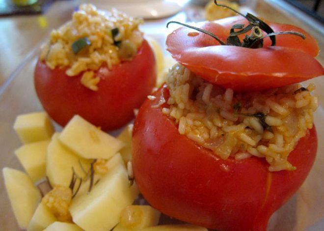 Tomate relleno. cocina griega tradicional, el yemistá o gemistá (γεμιστά en griego). El yemistá se prepara rellenando con arroz tomates, pimientos, calabacines o berenjenas.