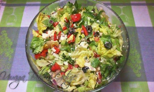 Uwaga Babcia Gotuje: Sałatka Turecka z Sałatą Pomidorami i Serem Feta