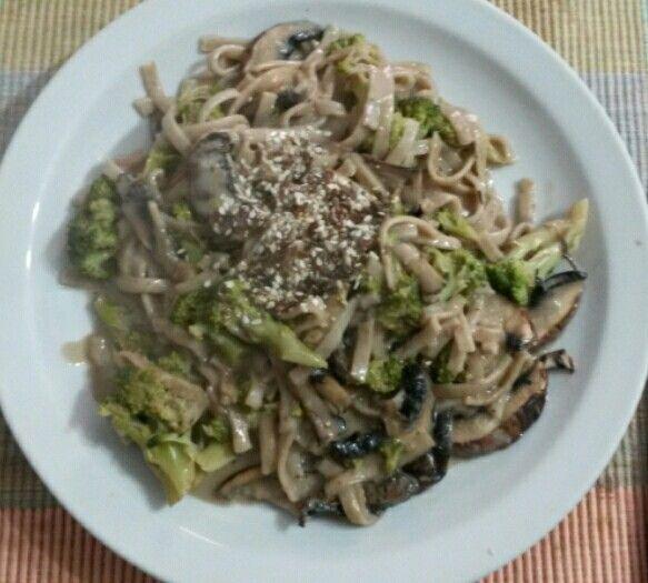 Pasta integral con salsa de brocoli y champignones con crema de leche descremada
