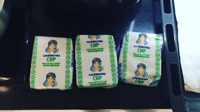 Печёные сырники! Делала их перед самым нашим отъездом в Николаев, поэтому творог магазинный. Из домашнего на закваске они получаются нежнейшими, а если берёте магазинный, то выбирайте вот такой в брикетах. Он должен быть пастообразным, мягким, без воды. Тогда сырники получатся. У меня в рецепте: 🔺три пачки творога по 200 гр 🔺2 яйца 🔺1 банан 🔺цз мука 6 ст. л. 🔺изюм по вкусу Банан в пюре. Творог размять вилкой. Смешать с бананом, яйцами, изюмом и мукой. У меня вышло 6 ложек муки, но это…