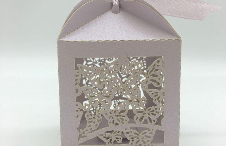 """Pentru un eveniment de primavara sau de vara cu tema """"Natura"""", marturiile de nunta cutiute din carton cu model fluture mov sunt o alegere mai mult decat inspirata.   Aceste marturii de nunta cutiute elegante cu design grafic pot fi daruite invitatilor prezenti la nunta sau..."""