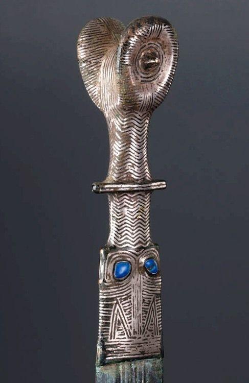 Espada celtíbera de bronce con adornos de lapislázuli - España - Siglos VI-III aC.