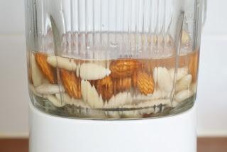 Hiidenuhman keittiössä: Mantelimaito