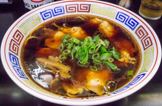 高井田系と呼ばれる大阪のご当地ラーメンと、店主の故郷である和歌山のラーメンを軸にした人気店です。写真の中華そばが高井田系と呼ばれるもので、色濃い醤油スープに太麺が特徴的。決して塩辛いわけではなく、あっさりしていてほんのり感じる酸味と甘みが印象に残る一杯です。このスープに合わせる自家製麺は、喉越しもスープとの絡みも抜群。また、毎月第1日曜に「おはようラーメン」と題して朝ラー、即ち朝営業でラーメンを提供しているので、早起きして行ってみるのもいいでしょう。