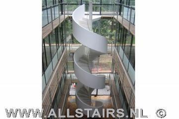 Betonnen trap trap pinterest trappen showrooms en prijs for Trap hellingshoek