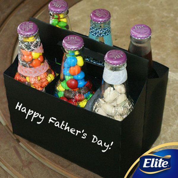 ¡Se acerca el día del padre y tenemos el regalo perfecto para que tus peques se luzcan con papi! Solo necesitas: -1 caja que se parezca a la de la imagen (Las puedes encontrar en mercerías o tiendas de materias primas) -Los dulces o botanas favoritos de papá -6 botellas abre fácil -Listones o accesorios para decorar. -Pintura 1.Que los peques decoren la caja para que tenga un toque especial. 2. Rellena las botellas con los dulces y sellen de nuevo. 3. Añadan un lindo mensaje y ¡listo! #DIY