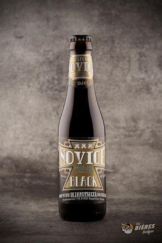 La Novice Black Tripel est une bière à la robe brun foncé teintée de noir. Elle offre un goût sec et sucré, et une agréable arrière-bouche aux accents amers de citron.