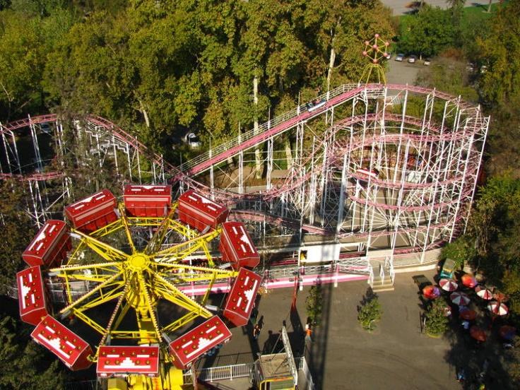 Fantasilandia s un parque temático chileno que fue construido en 1978. Tiene más de 40 atracciones y los más populares es Disk'o.