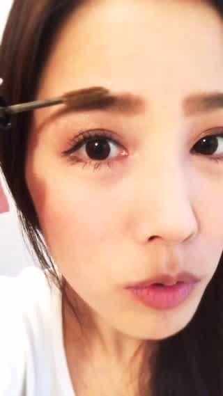 私がいつもやっている眉マスカラの塗り方です!眉マスカラをするだけで、眉毛が立体的になって目鼻立ちがはっきりするのでオススメです(*^^*)