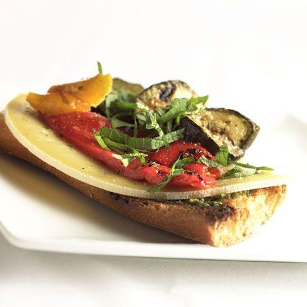 Aubergines grillées, poivrons grillés, pesto aux amandes et Passendale® sur baguette toastée à l'ancienne