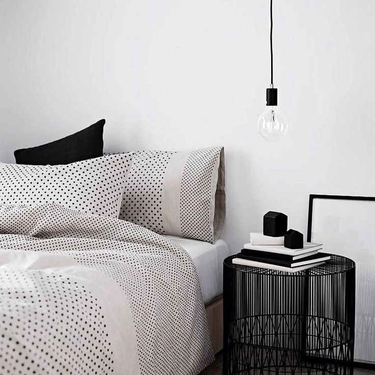 Scandinavische slaapkamer in zwart-wit thema