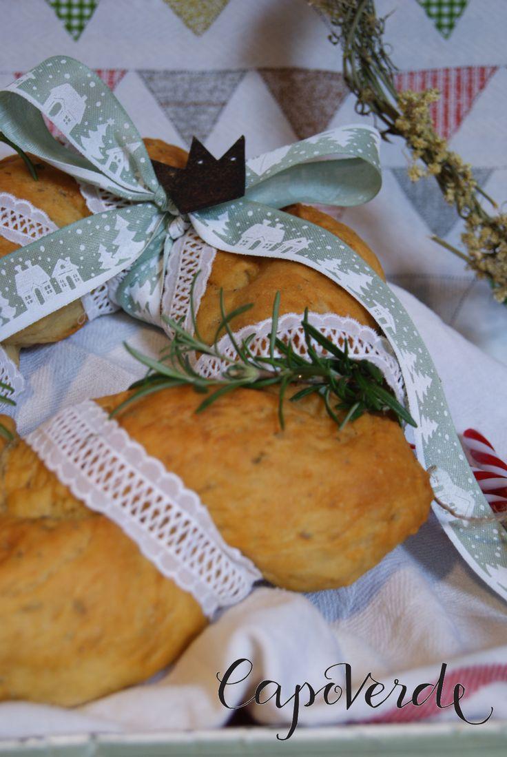Pizzo di sangallo e nastro decorato per la nostra treccia di pane al rosmarino. Un'idea regalo genuina ed originale.