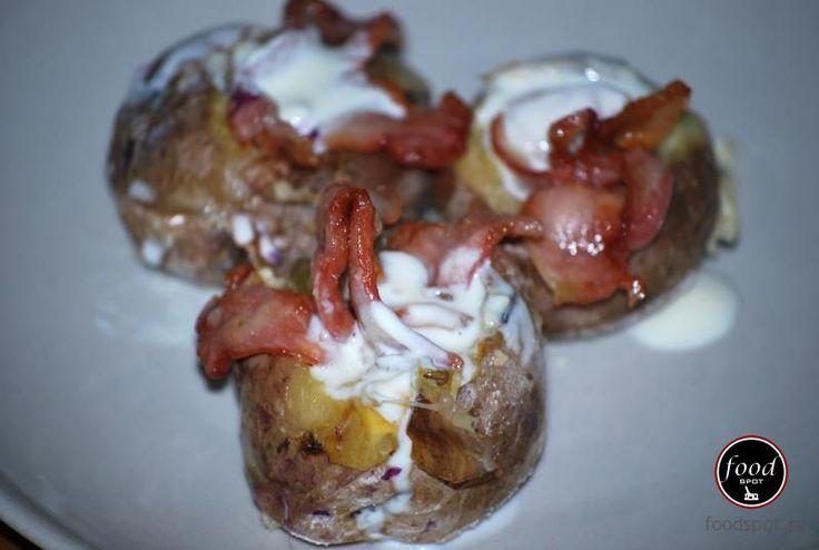 O varianta ceva mai gustoasa a retetei clasice de cartofi copti cuprinzand cateva fineturi culinare demne de inceputul iernii.