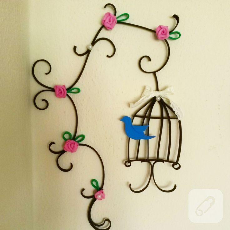 eve kağıtlarından quilling yani kağıt kıvırma sanatı tekniği ile yapılmış harika kuş kafesi, minik çiçek süslemeleri de eklenerek böyle zarif bir duvar süsüne dönüştürülmüş, 10marifet.org'da