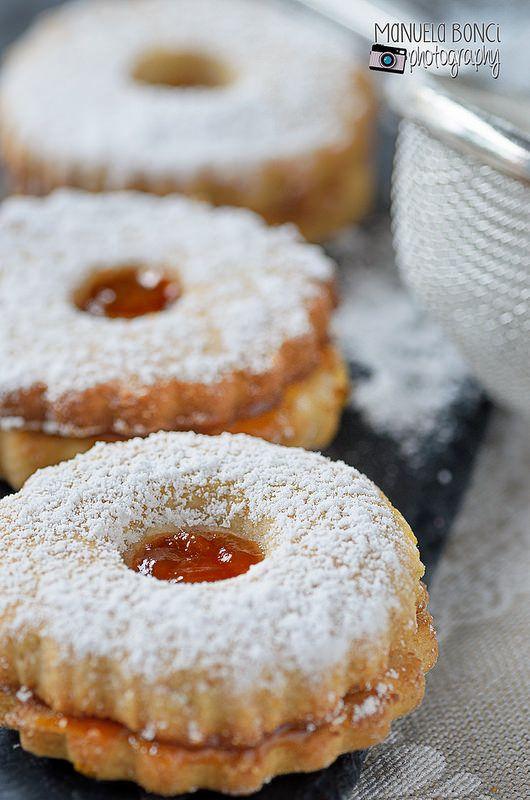 Biscotti con farina di riso farciti con marmellata di albicocca. food photography. Idea regalo dolce per Natale 2014