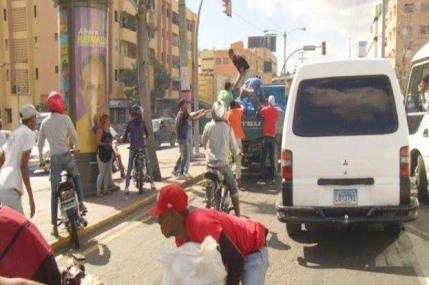 Stanley Roy informa: Le roban un saco de arroz a un camión en plena luz...