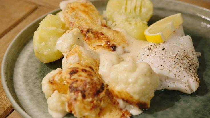 Een overheerlijke gepocheerde wijting met bloemkoolgratin en gekookte aardappelen, die maak je met dit recept. Smakelijk!