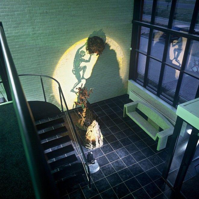 Il loro aspetto non ha niente di affascinante. Le forme sono incomprensibili. Ma quando le sculture fatte di materiali grezzi di Diet Wiegman vengono illuminate da un fascio di luce, prendono vita e l'effetto delle proiezioni delle ombre sul muro è soprendente. Le opere fatte di carta, vetro,