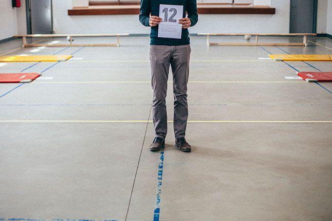 'Yes, tafels oefenen', roepen de leerlingen van meester Bert. Bert combineert wiskunde-oefeningen met beweging. Leuk en efficiënt.