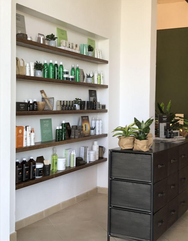Relooking di uno spazio corporate firmato Casacadabra; zona esposizione prodotti. Cassettiera House Doctor.