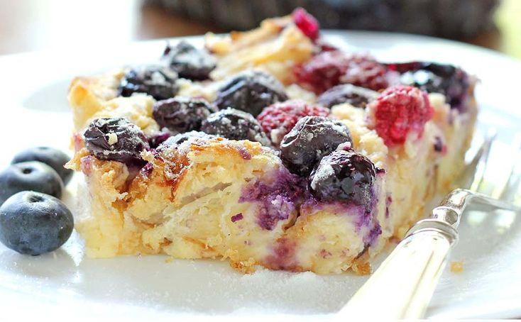 Pour un déjeuner rapide que vous pouvez préparer à l'avance ou comme dessert, ce gâteau de croissants aux petits fruits est absolument délicieux!