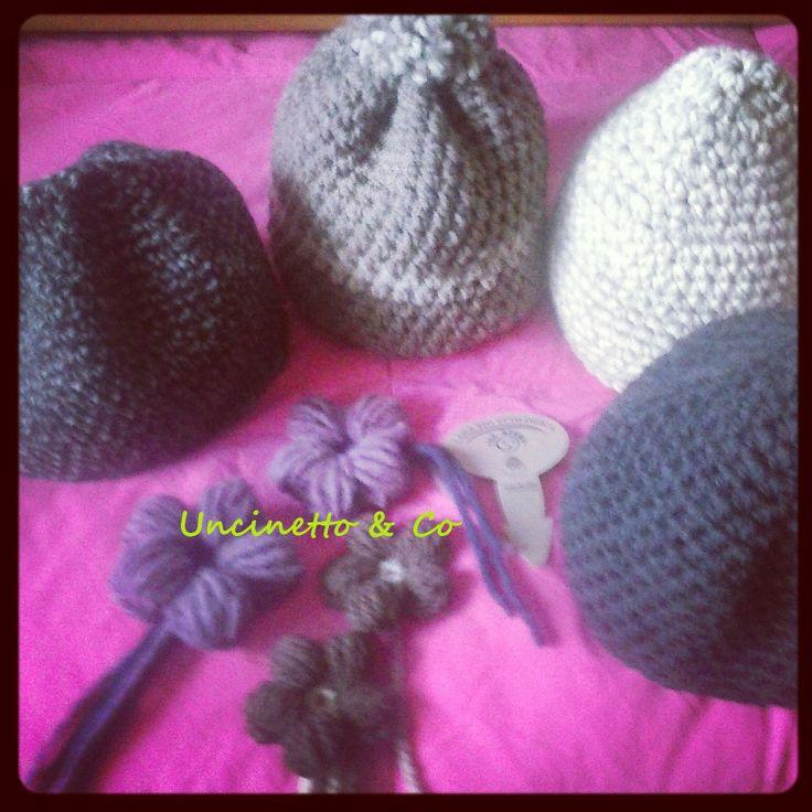 Cappellini vari in lana biologica e spille fiore cicciotto.