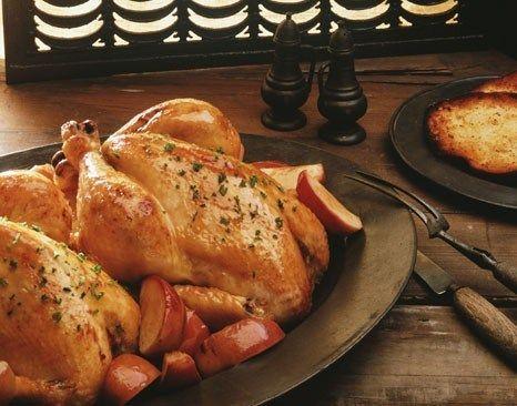 Золотистая курица с яблоками, луком и шалфеем