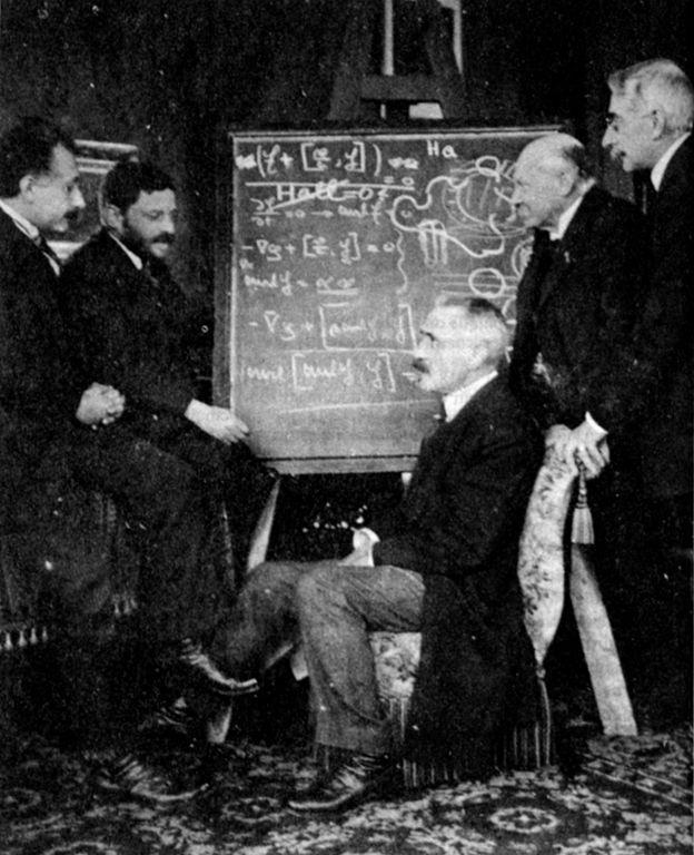 De gauche à droite Albert Einstein, Paul Ehrenfest, Paul Langevin, Heike Kamerlingh Onnes et Pierre Weiss en 1920 (chez Onnes). Ces quatre physiciens se sont intéressés aux propriétés magnétiques de la matière