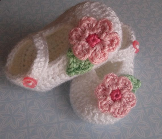 White baby Shoes, knit baby Slippers, baby girl shoe, crib shoes, knitted baby shoe, baby booties, handmade Baby,soft baby  , Ready to ship.