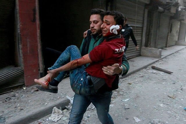 """Warga terkepung di Suriah mencapai 1 Juta  Aleppo  Lembaga Bantuan PBB pada senin (21/11) mengatakan warga Suriah yang terkepung bertambah 2x lipat pada tahun ini dengan jumlah mendekati 1 juta jiwa. Sekitar 850.000 orang terkepung oleh pasukan rezim sedangkan sisanya terkepung oleh pasukan ISIS atau kelompok bersenjata lainnya. """"Penduduk terisolasi kelaparan dibom serta kekurangan bantuan medis dan kemanusiaan. Mereka terpaksa memilih untuk menyerah atau mengungsi"""" ucap Kepala Bantuan PBB…"""