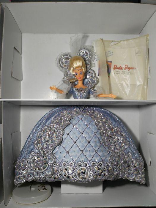 Bob Mackie Madame du Barbie Doll  Limited EditionRelease datum: 1/1/1997Madame du Barbie pop vangt de Majesteit en weelderige elegantie van de achttiende eeuw Koninklijke Hof van Frankrijk. Haar jurk is een adembenemende confectie ijs blauw brokaat met kraal en juweel-verfraaid rococo borduurwerk. De coiffure en zendspoel zijn geschikt voor de meest elegante Koninklijke gelegenheden.Originele doos opgenomen  EUR 1.00  Meer informatie