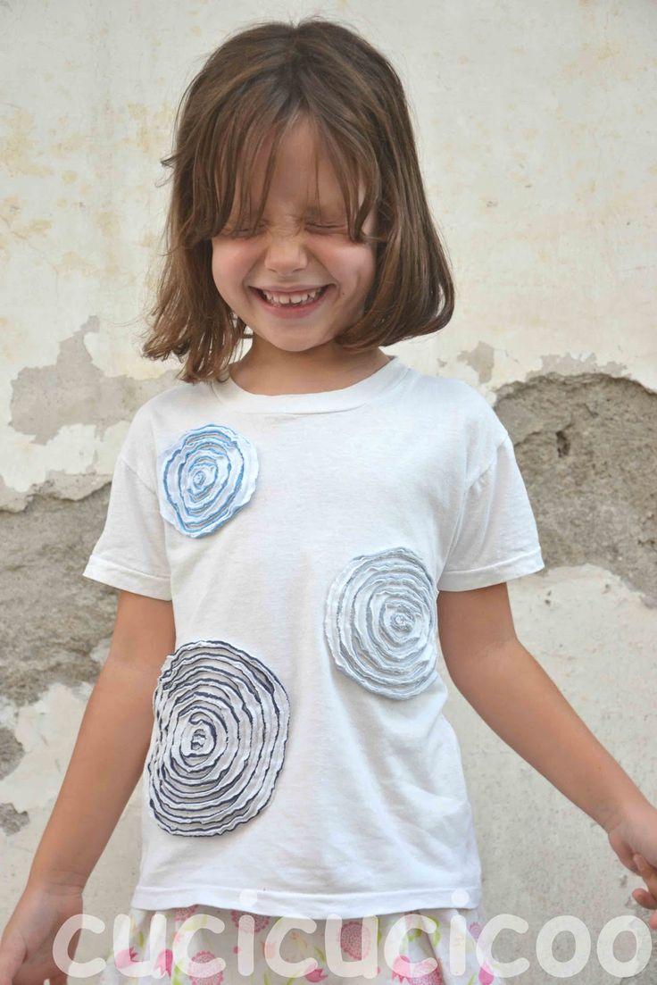 Le magliette bianche che devono indossare i bimbi a scuola sono davvero noiose. Si possono decorare con resti di altre magliette facendo cerchi e spirali.
