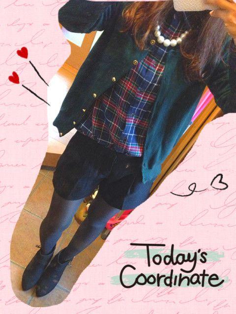 今日は雨で寒いですね。  チェックシャツ→UNIQLO カーディガン→しまむら ショーパン→UNIQLO グレータイツ→non-no付録 ブーティー→grove ネックレス→3coins  今日はレインブーツ履くかもなのでショーパンでコーデ☆☆☆  最近メッチャ履いてるグレータイツはかなり使えてお気に入りo(^▽^)o  シャツ✖️カーディガンは私の中ではかなり新鮮!!!  この上からチェスターコート着るので、シャツはインしてコンパクトに。