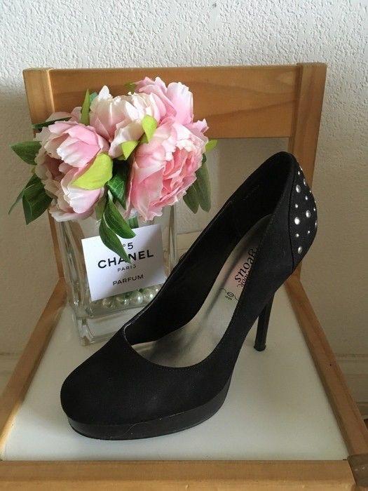escarpins bout rond suédé New Look à clous  de marque New Look. Taille 39 à 10.00 € : http://www.vinted.fr/chaussures-femmes/talons-hauts-and-escarpins/28403477-escarpins-bout-rond-suede-new-look-a-clous.
