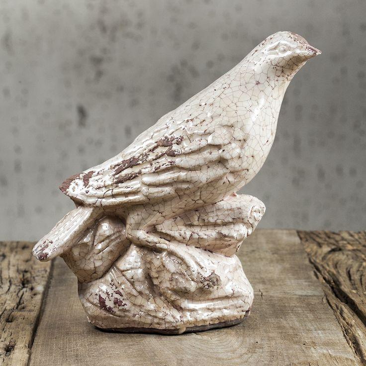 Керамическая статуэтка – сокол, сидящий на камне. Сложнофактурная фигура птицы будет задавать тон всему интерьеру, так как это очень заметный и детализированный аксессуар. Ручная работа делает этот символ зоркости и внимания ещё более ценным декором для ауры дома.