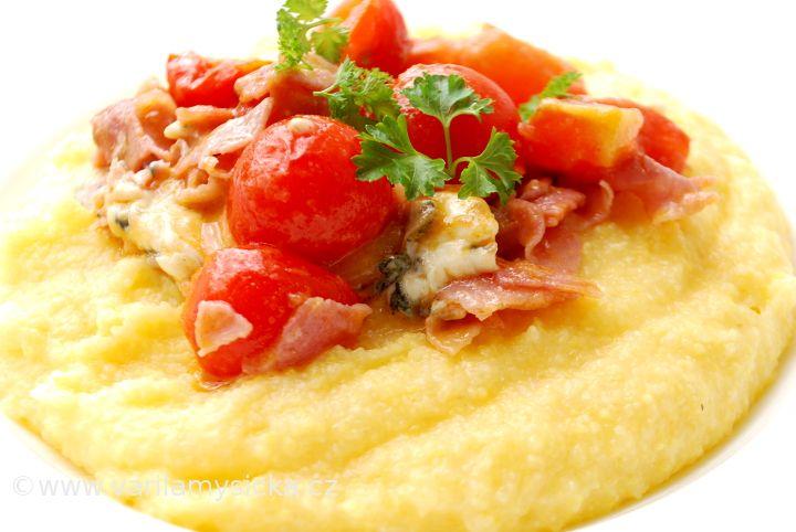 Toto jídlo můžete mít za 5 minut na stole. To vše díky zázraku jménem instantní polenta, v kombinaci s výborným sýrem se jedná o chuťový zážitek.
