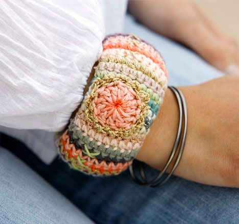 Crochet bracelet to go with the matching bag pin. This is awesome! Use Google Chrome for ease in translation.¯\_(ツ)_/¯
