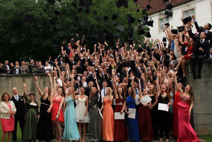 106 Abiturienten und 50 IB-Absolventen feierten gestern Abend ihren Abschluss bei der großen Examensfeier. In der Zehntscheuer in Salem wurden Ansprachen der Schulleitung, des Elternbeirats und der Schulsprecher gehalten und Auszeichnungen für besondere Leistungen an Absolventen vergeben.  Nach dem offiziellen Teil wurde im Salem International College bis in die Morgenstunden gegessen, getanzt und gefeiert.