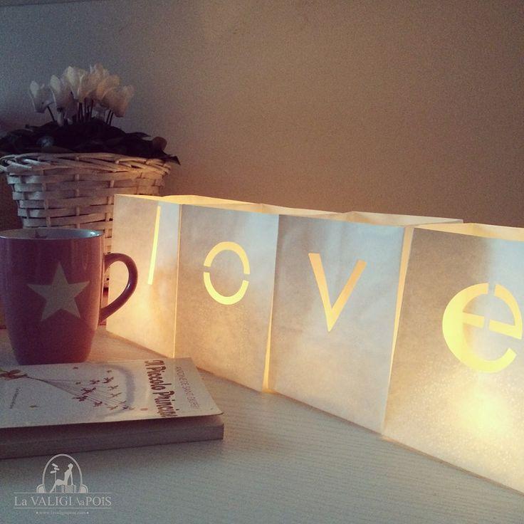 Una semplice lanterna in carta, una tazza di te e il tuo libro preferito cambiano un pomeriggio grigio in un pomeriggio magico.